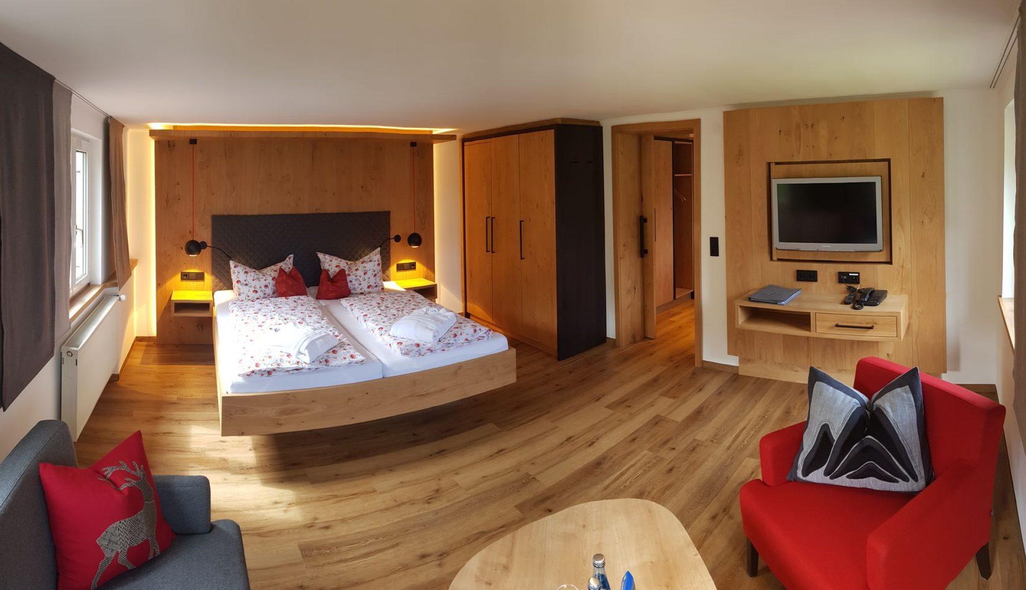 Berghotel Mühle Alpin-Komfort-Zimmer Schlafzimmer mit Sitzecke