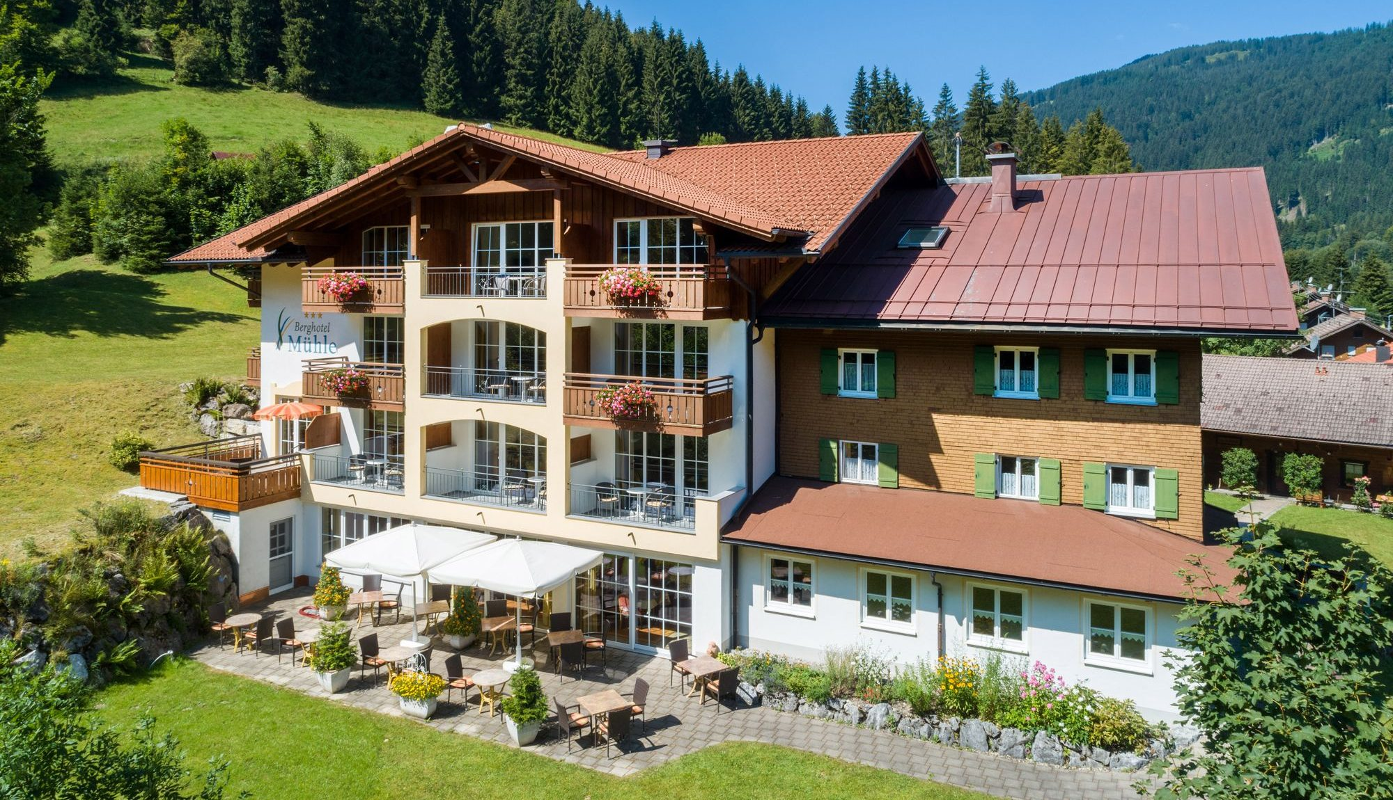 Berghotel Mühle Ost-Seite mit Terrasse