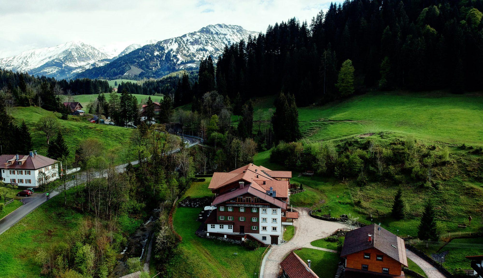 Berghotel Mühle Nordseite mit Blick auf die Berge