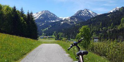 Wanderweg Fahrrad Berge mit Schnee
